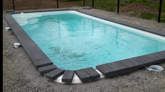 Chemin de pavé-uni et piscine creusée
